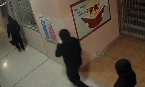 Συναγερμός σε δημοτικό σχολείο της Πάτρας από την εισβολή κουκουλοφόρων (video)