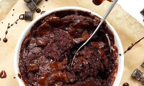 Φτιάξε το πιο εύκολο κέικ σοκολάτας μέσα στο φούρνο μικροκυμάτων