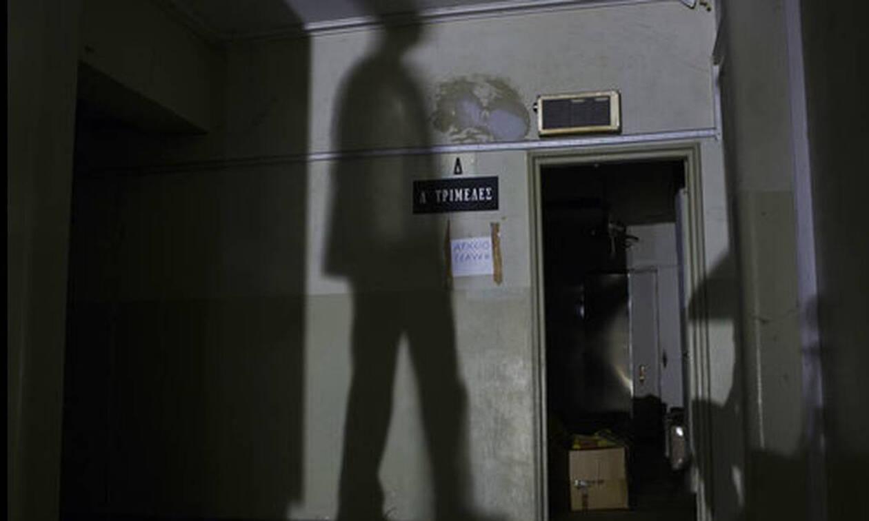 Εικόνες από ταινία τρόμου στο κέντρο της Αθήνας: Τσιμεντένια «ζόμπι», τα άψυχα θύματα της κρίσης