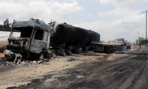 Φρικτό τροχαίο στο Κονγκό: Τουλάχιστον 18 νεκροί μετά από σύγκρουση βυτιοφόρου με λεωφορείο (vid)