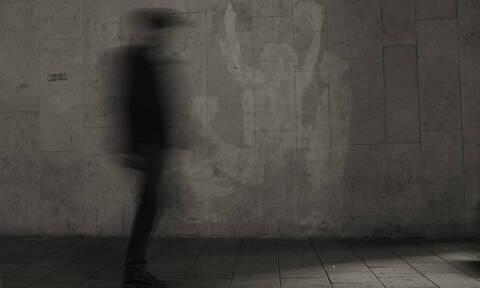 Δεν θα περπατήσετε ξανά μόνοι! Κάμερα «συλλαμβάνει» φάντασμα να παρενοχλεί ζευγάρι (vid)