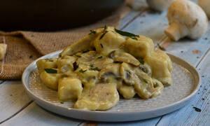 H συνταγή της ημέρας: Σπιτικά νιόκι με σάλτσα μουστάρδας και κοτόπουλο