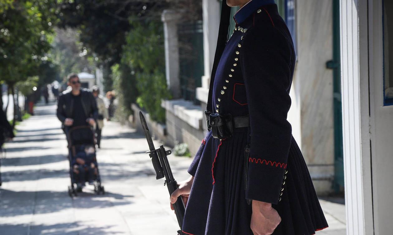 Θρήνος στην Προεδρική Φρουρά: Αυτός είναι ο εύζωνας που πέθανε ξαφνικά (pics)