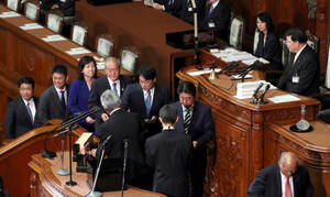 Κι όμως συνέβη! Υπουργός ζήτησε συγγνώμη επειδή... άργησε τρία λεπτά να πάει στη Βουλή