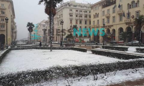 Καιρός «Ωκεανίς»: Χιονίζει στο κέντρο της Θεσσαλονίκης - Ποιοι δρόμοι είναι κλειστοί (vids&pics)