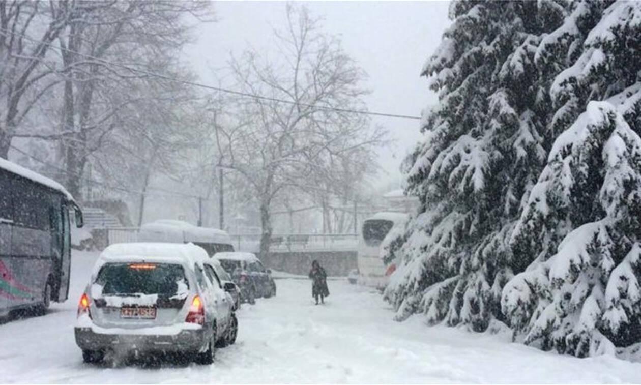 Κακοκαιρία: Λεωφορεία και αυτοκίνητα εγκλωβίστηκαν από τα χιόνια στη Λάρισα (pics)