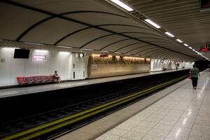 Σώος απεγκλωβίστηκε ο άνδρας που έπεσε στις γραμμές του μετρό στους Αμπελόκηπους