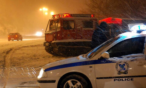 Συναγερμός στην Πάρνηθα: Εγκλωβισμένες δύο οικογένειες εξαιτίας του χιονιού