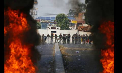 Βενεζουέλα: Φορτηγό με ανθρωπιστική βοήθεια πυρπολήθηκε από την αστυνομία