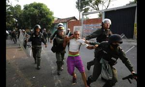Χάος στη Βενεζουέλα: Δύο νεκροί από τις σφοδρές συγκρούσεις - Ένα παιδί ανάμεσα τους