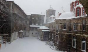 Κακοκαιρία «Ωκεανίς»: Μαγευτικές εικόνες από το χιονισμένο Άγιο Όρος