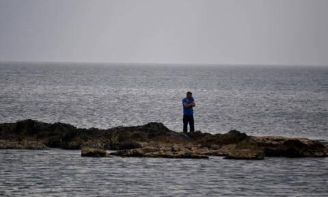 Έπεσε στη θάλασσα για να γλιτώσει από τον… αστυνομικό έλεγχο!