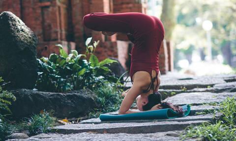 Δύο κινήσεις που θα ανακουφίσουν τον πόνο της πλάτης σου