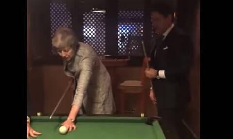 Ο Ιταλός πρωθυπουργός έδωσε... μαθήματα μπιλιάρδου στην Τερέζα Μέι (vid)