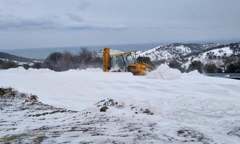 Σαρώνει τη Σαμοθράκη η κακοκαιρία – Στα 2,5 μέτρα το χιόνι (pics+vid)