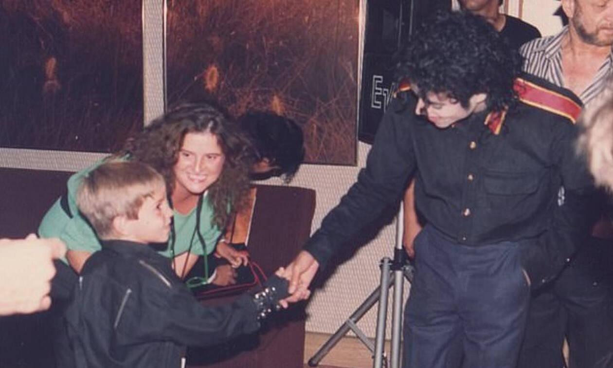 """Φωτογραφίες ντοκουμέντα με τον Μάικλ Τζάκσον: «Έβαζε στην πόρτα """"Μην Ενοχλείτε"""" και με βίαζε»"""