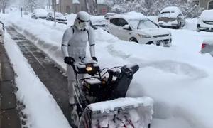 Απίθανος τύπος ντυμένος «Star Wars» καθαρίζει το χιόνι!