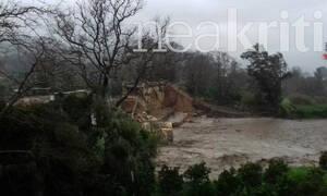 Βίντεο – ΣΟΚ: Η στιγμή που καταρρέει η ιστορική γέφυρα του Κερίτη στα Χανιά