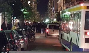 Πάτρα: Αντιεξουσιαστές έξω από ξενοδοχείο όπου μιλούν Ραγκούσης, Παπαδημούλης και Κουβέλης
