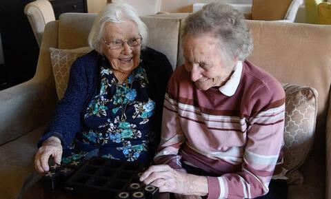 Συγκίνηση: Ηλικιωμένες ξανασμίγουν μετά από 70 χρόνια! (vid)