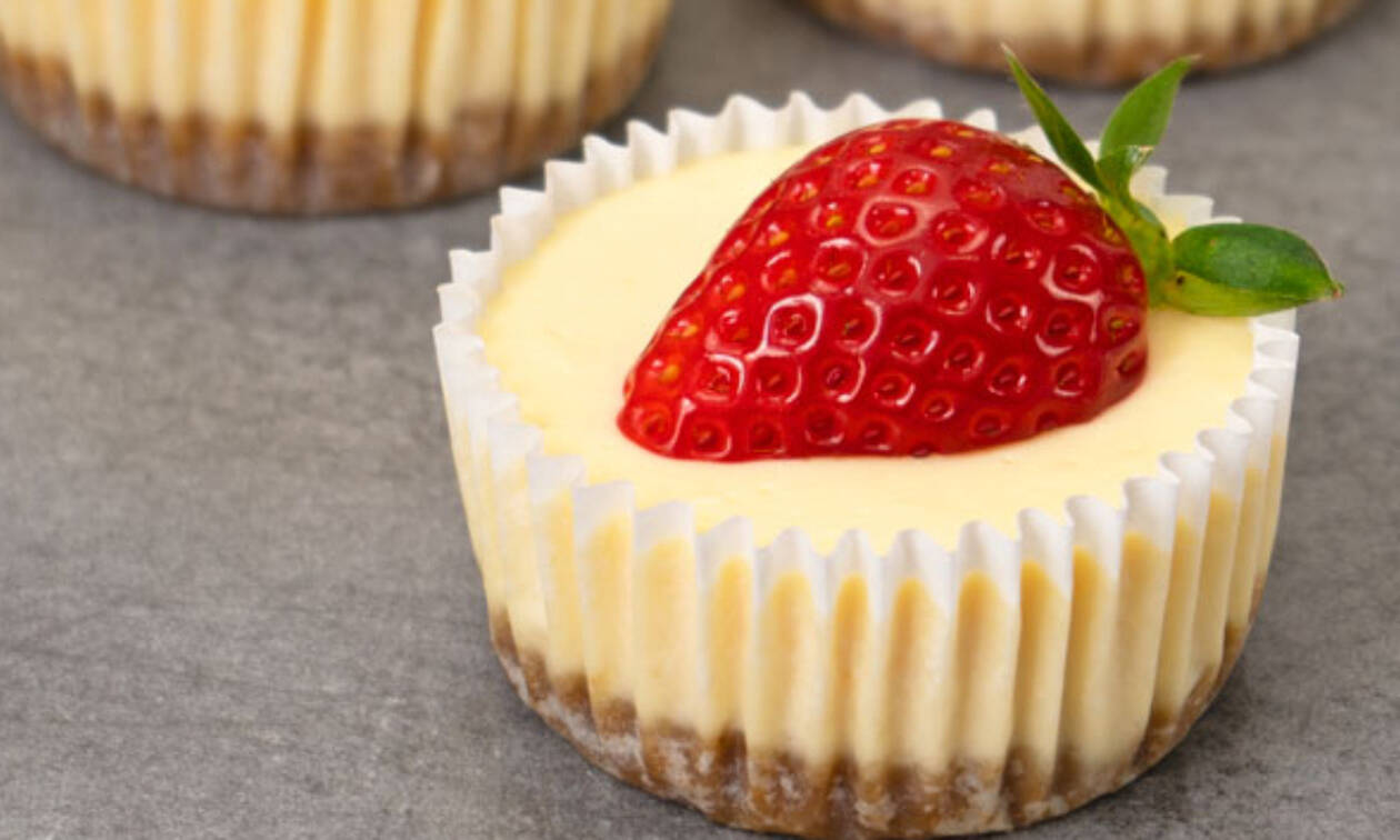 Η πιο εύκολη συνταγή για ατομικά cheesecakes χωρίς αυγά (vid)