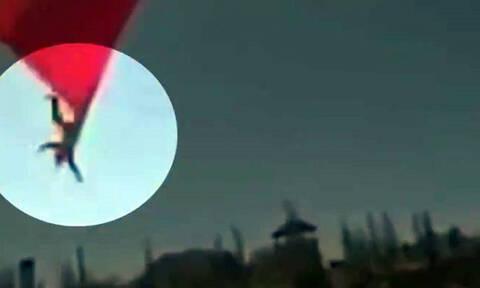 Τεράστια σημαία «κατάπιε» στρατιώτη και τον πέταξε από ύψος 7 μέτρων (video)