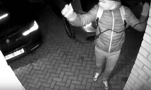 Αδιανόητο: Έκλεψε το αυτοκίνητο κάτω από τη μύτη τους! (vid)