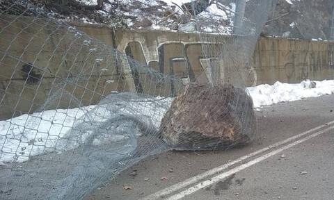 Τρόμος στην Εύβοια: Βράχοι έπεσαν στην Εθνική Οδό Χαλκίδας- Aιδηψού (pics)
