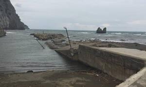 Εύβοια: Κατέρρευσε το λιμάνι του Μαντουδίου από την κακοκαιρία (pics)