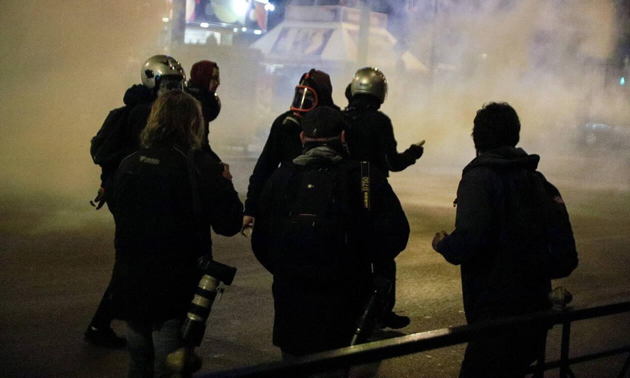 Επεισόδια μεταξύ διαδηλωτών και αστυνομικών έξω από το Α.Τ. Ομονοίας (pics)