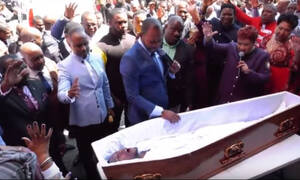 Σάλος: Η στιγμή που πάστορας «ανασταίνει νεκρό» - Δείτε το βίντεο