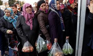 Εκεί κατάντησε τους Τούρκους ο Ερντογάν: «Πόλεμος» στις λαϊκές για λίγα όσπρια και λαχανικά (Pics)