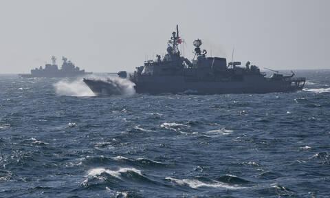 «Γαλάζια Πατρίδα»: Γέμισε το Αιγαίο με τουρκικά πλοία – Με «γαλάζια ασπίδα» απαντά η Ελλάδα