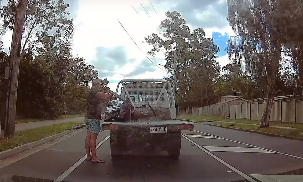 Οδηγός σταματάει στη μέση του δρόμου για τον πιο ΑΚΥΡΟ λόγο! (vid)