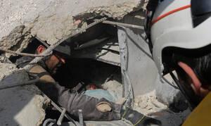 Βουτηγμένη στο αίμα δίπλα στη νεκρή αδελφή της: Eικόνες ντροπής από έναν πόλεμο που δεν τελειώνει