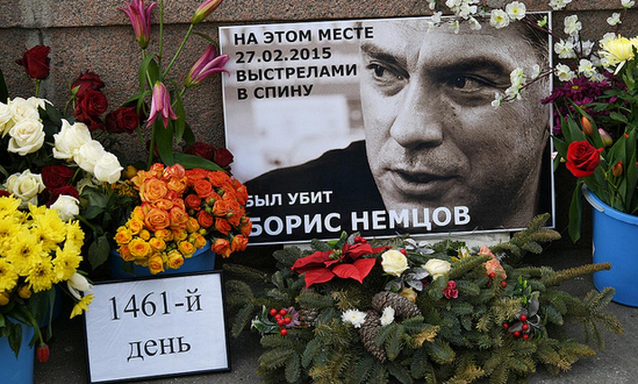 В годовщину убийства Немцова дипломаты ЕС и посол США возложили цветы на месте его гибели