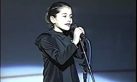 Δεν θα πιστέψεις ποια τραγουδίστρια είναι το κοριτσάκι της φωτογραφίας