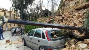 Χανιά: Κατέρρευσε μνημείο - Καταπλάκωσε 3 ΙΧ (pics)
