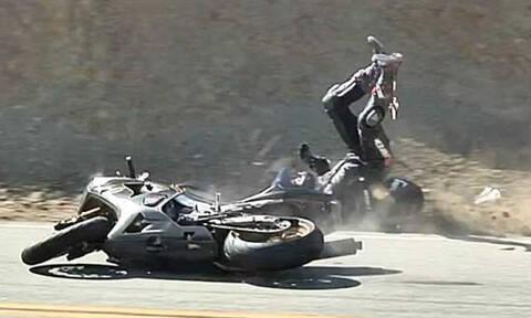 Μοτοσικλετιστής έπεσε σε ρόδες νταλίκας! (vid)