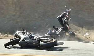 Βίντεο που κόβει την ανάσα: Μοτοσικλετιστής πέφτει στις ρόδες της νταλίκας!