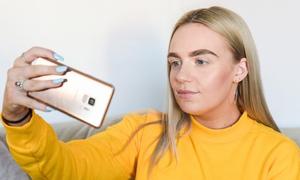 Στέλνει τις selfies της σε άντρες και βγάζει 3.500 ευρώ! (vid)