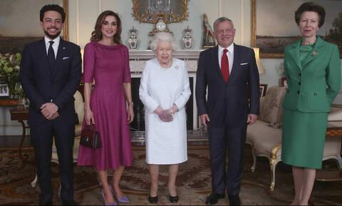 Όλη η Βρετανία ανησυχεί για το μελανιασμένο χέρι της βασίλισσας Ελισάβετ (pics)