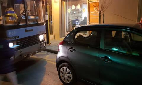 Θεσσαλονίκη: Λεωφορείο άλλαξε δρομολόγιο λόγω σταθμευμένου οχήματος