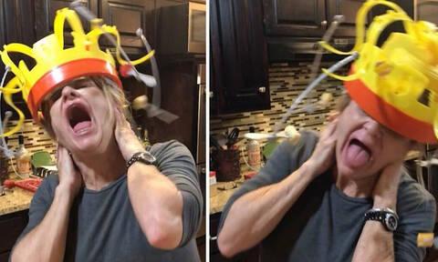 Της έβαλαν πιρούνια στο καπέλο και προσπαθεί να φάει! Δείτε το ξεκαρδιστικό αποτέλεσμα! (vid)
