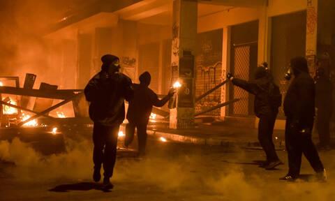 «Μασκαράδες» με μολότοφ επιτέθηκαν στο Α.Τ. Ακροπόλεως - Διέλυσαν δύο περιπολικά