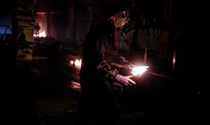 Η νύχτα των… μασκαράδων με τις μολότοφ – Επιθέσεις και βανδαλισμοί σε Αθήνα και Θεσσαλονίκη