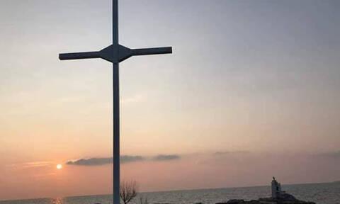 Μυτιλήνη: Eλεύθεροι οι κατηγορούμενοι για την ύψωση σταυρού στην ακτή Απελή