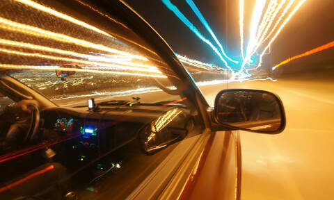 Εικόνες - ΣΟΚ: Αυτοκίνητο περνάει ξυστά από μικρό αγόρι