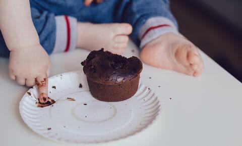 Ο αποτυχημένος αλλά χαριτωμένος τρόπος που κοριτσάκι προσπάθησε να κρύψει πως έφαγε σοκολάτα (vid)