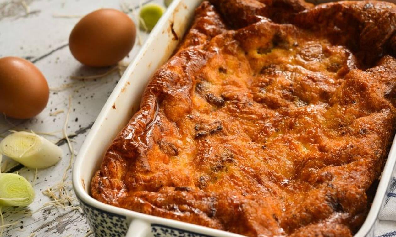 Νόστιμη και γρήγορη συνταγή για αφράτη ομελέτα με σύγκλινο και γραβιέρα